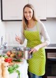 Kobieta w fartuch kulinarnej polewce fotografia royalty free