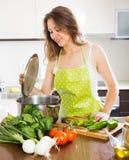 Kobieta w fartuch kulinarnej polewce w kuchni obrazy royalty free