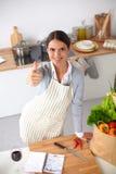 Kobieta w fartuch pozyci na biurku z sklepem spożywczym zdjęcia royalty free