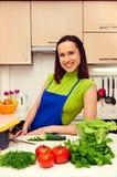 Kobieta w fartuch pozyci w kuchni obrazy royalty free