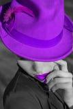 Kobieta w fiołkowym kapeluszu. Fiołkowe wargi i manicure. fotografia royalty free