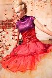 Kobieta w formalnej sukni z origami ptakami obraz stock
