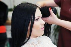 Kobieta w fryzjera męskiego sklepie Zdjęcia Royalty Free