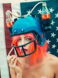 Kobieta w futbolu amerykańskiego napoju hełmie Obraz Stock