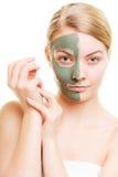 Kobieta w glinianej błoto masce na twarzy na bielu fotografia stock