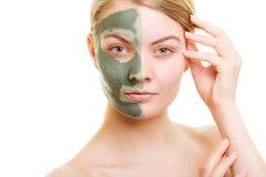 Kobieta w glinianej błoto masce na twarzy odizolowywającej na bielu obrazy stock