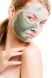 Kobieta w glinianej błoto masce na twarzy odizolowywającej na bielu zdjęcia stock