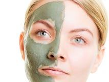 Kobieta w glinianej błoto masce na twarzy odizolowywającej na bielu fotografia stock