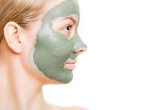Kobieta w glinianej błoto masce na twarzy odizolowywającej na bielu zdjęcie royalty free