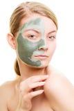 Kobieta w glinianej błoto masce na twarzy odizolowywającej na bielu obrazy royalty free