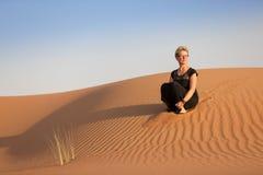 Kobieta w harmonii, kontempluje w piasek diunach podczas zmierzchu zdjęcia royalty free