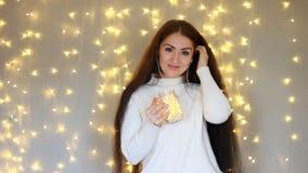 Kobieta w hełmofonach smilling, słuchający muzyka i taniec Tło z bokeh światłami zbiory
