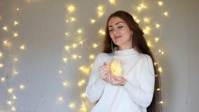 Kobieta w hełmofonach smilling, słuchający muzyka, patrzeje światła, zamyka ona i relaksuje oczy Tło z zbiory wideo