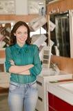 Kobieta w instalaci wodnokanalizacyjnej i skąpań sklepie Fotografia Royalty Free