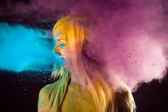 Kobieta w jaskrawych kolorach Holi obrazy royalty free