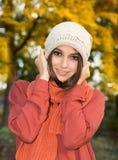 Kobieta w jesień parku Zdjęcia Royalty Free