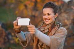 Kobieta w jesieni evening outdoors brać fotografię Fotografia Royalty Free