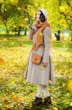 Kobieta w jesieni na spacerze w parkowych spojrzeniach przy spada urlopem obrazy royalty free