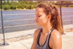 Kobieta w joga lotosowej pozyci - relaksuje Obraz Royalty Free
