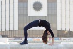 Kobieta w joga pozie w mieście Obraz Royalty Free