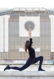 Kobieta w joga pozie w mieście Fotografia Royalty Free