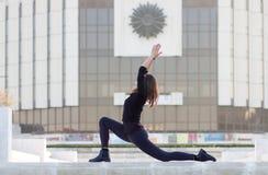Kobieta w joga pozie w mieście Zdjęcie Royalty Free