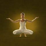 Kobieta w joga pozyci Tulita Obrazy Stock