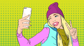 Kobieta W Kapeluszowej kamizelce Bierze Selfie fotografii Mądrze telefonu pokoju gesta wystrzału sztukę Retro styl Obrazy Stock
