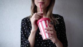Kobieta w kapeluszu i okularach przeciwsłonecznych z napojem zdjęcie wideo