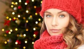 Kobieta w kapeluszu i szaliku nad bożonarodzeniowe światła zdjęcia royalty free
