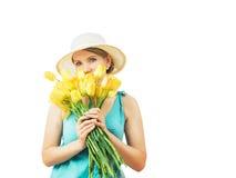 Kobieta w kapeluszu patrzeje zamyślenie za od bukieta kwiaty Obrazy Stock