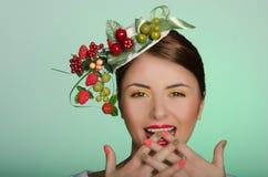 Kobieta w kapeluszy palcach krzyżujących Zdjęcie Stock