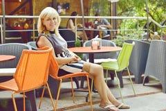 Kobieta w kawiarni Fotografia Royalty Free
