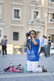 Kobieta w kolanach bierze obrazek zdjęcia royalty free