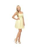 Kobieta w kolor żółty sukni Zdjęcia Stock