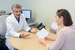 Kobieta w konsultacji z lekarką Zdjęcie Stock
