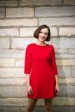 Kobieta w korytarza stojaku na wapień ścianie Obraz Royalty Free