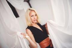 Kobieta w kostiumu czarnych stojakach łóżkiem fotografia royalty free