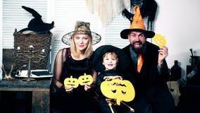 Kobieta w kostiumu czarownicy, mężczyzna w kostiumu guślarka i chłopiec w kostiumu kościec, chujemy za melonem przeciw a zbiory wideo