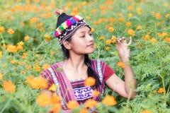 kobieta w kostiumu dla Karen obwąchuje kwiatu zdjęcie stock