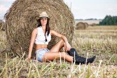 Kobieta w kowbojskim kapeluszu przy polem Zdjęcia Royalty Free
