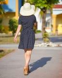 Kobieta w kropki sukni chodzi daleko od zdjęcia stock