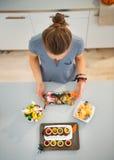 Kobieta w kuchenny przygotowywa Halloween trikowym, fundzie lub Obraz Royalty Free