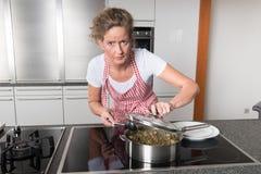 Kobieta w kuchennym kucharstwie Fotografia Stock