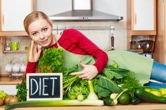 Kobieta w kuchennym mieć zielonych diet warzywa Zdjęcie Stock