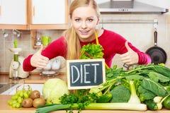 Kobieta w kuchennym mieć zielonych diet warzywa Fotografia Royalty Free