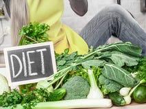 Kobieta w kuchennym mieć zielonych diet warzywa Obraz Stock