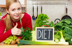Kobieta w kuchennym mieć zielonych diet warzywa Fotografia Stock