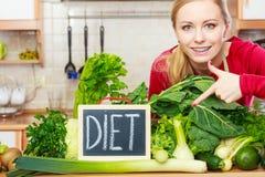 Kobieta w kuchennym mieć zielonych diet warzywa Zdjęcie Royalty Free