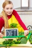 Kobieta w kuchennym mieć zielonych diet warzywa Obraz Royalty Free